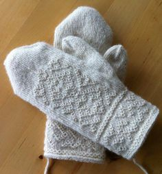 White mittens in traditional twined knitting. I have never knitted white mittens in twined knitting until now. I don´t know why . Knitted Mittens Pattern, Knit Mittens, Knitted Gloves, Knitting Socks, Hand Knitting, Knitting Stitches, Knitting Patterns, Fingerless Mitts, How To Purl Knit