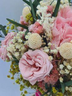 Febrero, y vamos a hablar de la elegancia de las rosas naturales y la variedad de rosas preservadas para la elección de tu ramo de novia. | Flores Akita Akita, Floral Wreath, Wreaths, Hot Pink, Rose Varieties, Rose Trees, Floral Decorations, Wedding Bouquets, Floral Crown