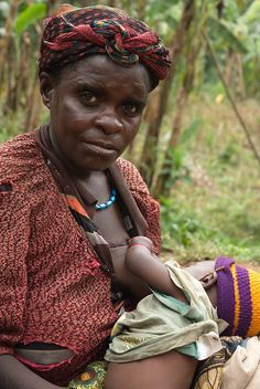Breastfeeding Uganda    A pgymy mother with her child