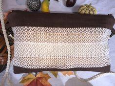 Creacions tèxtils, botons artesanals i accessoris fets a mà. Creaciones textiles, botones artesanales i accesorios hechos a mano.