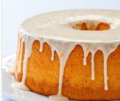 Chiffon cake strikes the perfect balance between airy angel food cake and rich pound cake. To saturate the cake with bright orange flavor,… Bolo Chiffon, Orange Chiffon Cake, Orange Cakes, Caramel Chocolate Bar, Chocolate Desserts, Chocolate Glaze, Cupcakes, Cupcake Cakes, Overnight Oats