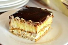 This easy graham cracker eclair cake recipe an easy, no bake dessert that's sure to impress the family every time! Make this ASAP and see! Eclair Cake Recipes, Cookie Recipes, Eclair Recipe, Chocolate Eclair Cake, Biscuits Graham, Romanian Desserts, Hungarian Recipes, Sweet Tarts, Eclairs