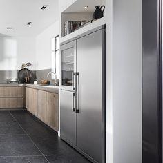 Amerikaanse koelkast Black Kitchens, Home Kitchens, Kitchen Interior, Kitchen Decor, Kitchen Diner Extension, Kitchen Cabinet Storage, Apartment Renovation, Contemporary Kitchen Design, Scandinavian Kitchen