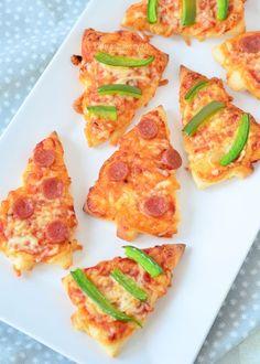 Kleine pizza hapjes doen het op elke borrel goed, want wie lust er nu geen pizza? Met de kerstborrels die er bij jullie ook geheid aan gaan komen bedacht ik een speciale versie voor deze gelegenheid.