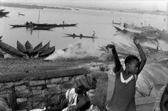 Os moradores da cidade à beira do Rio Níger. 2002. © Abbas / Magnum Photos. Confira: http://www.jornaldafotografia.com.br/noticias/eventos/as-fotos-nas-ruas-ruas-nas-fotos-5-mostra-sao-paulo-de-fotografia/