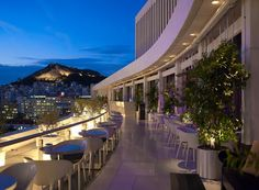 The gorgeous open air rooftop bar at the Hilton Athens, Galaxy boasts superb, near-cinematic views out over the city and the iconic Acropolis. Restaurant Bar, Athens By Night, Athens Hotel, Athens Nightlife, Athens Bars, Athens Restaurants, Athens Food, Athens City, Best Rooftop Bars