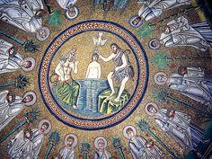 Mosaico do Batistério Ariano em Ravena, na Emília-Romanha, Itália. Este mosaico retrata Jesus, João Batista e Deus. Ao redor deles, os 12 apóstolos.  Fotografia: Georges Jansoone.