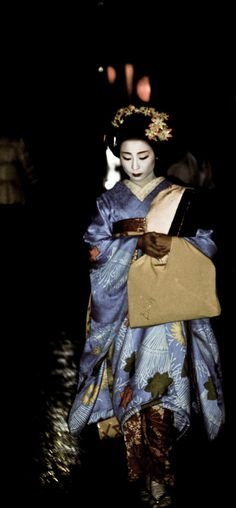 Maiko on the streets of Gi-on, Kyoto, Japan. Photography by Caleb Maye on Japanese Culture, Japanese Art, Samurai, Memoirs Of A Geisha, Asia, Art Costume, Maneki Neko, People Of The World, Love Painting