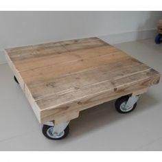 Vierkante houten salontafel op wielen gemaakt van oude houten balken.