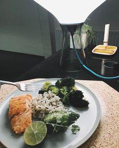 330 vind-ik-leuks, 6 reacties - Ellen Kegels (@lnknits) op Instagram: 'Brainfood! Organic Salmon, broccoli, avocado, lime & wild rice. Perfect 👌🏻. #eatwelllivewell…'