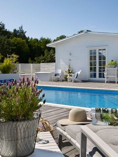 Oas på Öland med härligt poolhäng Outdoor Pool, Outdoor Spaces, Outdoor Living, Outdoor Decor, Swimming Pools Drank, New England Homes, England Houses, Hawaii Homes, Backyard