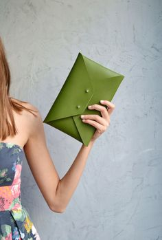 Green leather clutch bag for the entire day!    This green envelope clutch is ideal to carry anything you might need during the day.     A handmade clutch from Italian genuine leather.    It closes...