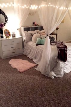 Bedroom ideas for small rooms for girls cozy curtains Ideas for 2019 Small Room Bedroom, Trendy Bedroom, Bedroom Colors, Bedroom Decor, Small Rooms, Goth Bedroom, Bedroom Ideas For Teen Girls Tumblr, Teen Girl Bedrooms, Dream Rooms