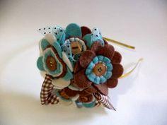 Tiara de metal ou Faixa de Renda com arranjo de flores, fios e botões, feito a mão, numa linda combinação das cores aqua, bege e marrom.