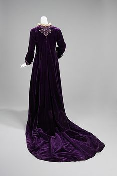 """utterly stunning House of Worth tea gown ca. 1905 via The Costume Instute of The Metropolitan Museum of Art """"This was worn by the wife of one of the great American bankers of the century, J. Edwardian Clothing, Edwardian Dress, Antique Clothing, Historical Clothing, Edwardian Era, 1900s Fashion, Edwardian Fashion, Vintage Fashion, Gothic Fashion"""