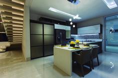 Uma cozinha planejada deixa o ambiente organizado e aproveita todo o espaço. Esse projeto é do Paulo de Tarso.