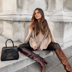 seems to have had a crush on our patterned leather bags . Winter Fashion Outfits, Fall Winter Outfits, Chic Outfits, Autumn Winter Fashion, Looks Style, Passion For Fashion, Street Style, Style Inspiration, Womens Fashion