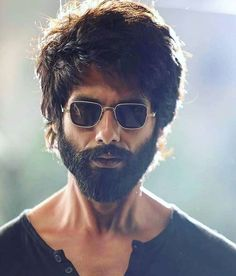 Rate Shahid Kapoor's performance in with one emoji. Rate Shahid Kapoor's Bollywood Couples, Bollywood Actors, Bollywood Celebrities, Actor Picture, Actor Photo, Look Wallpaper, Mobile Wallpaper, Hacker Wallpaper, 1080p Wallpaper