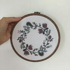 ✨✨✨✨✨ 만들고 나서 오히려 만족감이 떨어졌던 시간이 많이 걸렸다. 하기싫어져서 #2색으로즐기는자수생활 #히구치유미코 #yumikohiguchi #embroideryhoop #embroidery #프랑스자수