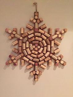 Upcycled Wine Cork Snow Flake - PARA OS TOMADORES DE VINHO, QUE TAL APROVEITAR AS ROLHAS, E ASSIM TERMOS UM MUNDO MAIS SUSTENTÁVEL, FAZENDO ESSA ESTRELA DA NEVE, LINDINHA MESMO.