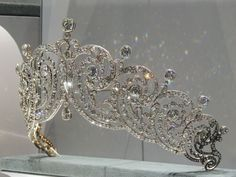 Close up of the Essex tiara made for the Countess of Essex in The Essex tiara is now owned by Cartier. It was loaned to (Crown) Princess Margarita of Romania for her wedding in Royal Crowns, Royal Tiaras, Crown Royal, Tiaras And Crowns, Princess Crowns, Princess Wedding, Tatoo Crown, Family Jewels, Royal Jewelry