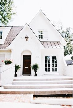 60 Awesome Farmhouse Exterior Design and Decor Ideas Do you want to transform your home exterior into modern farmhouse exterior? Modern farmhouse exterior is the perfect blend of modern and traditional elements. Small Cottage House Plans, Small Cottage Homes, Small Cottages, Exterior Paint Colors For House, Dream House Exterior, Paint Colors For Home, Cottage Exterior, Exterior Houses, Small House Exteriors