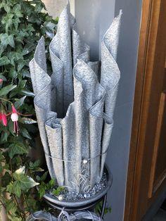 Concrete Garden Ornaments, Diy Concrete Planters, Cement Garden, Cement Art, Concrete Crafts, Cement Leaves, Cement Flower Pots, Pottery Painting Designs, Vase Crafts