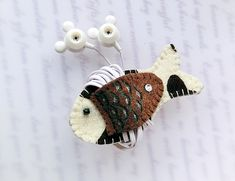 Cowboy Fish Earphones Winder from Lily's Handmade - deseo 2 regalos hechos a… Handmade Crafts, Diy And Crafts, Crafts For Kids, Arts And Crafts, Sewing Crafts, Sewing Projects, Craft Show Ideas, Felt Patterns, Felt Fabric