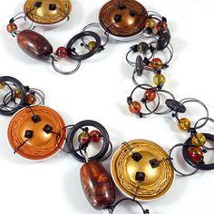NAOS Joyería Contemporánea / Colección OBJETOS RECICLADOS / Collares con cápsulas de café Nespresso recicladas, combinadas con nylon, botones, mostacillas, cuentas y caucho.