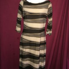 Unit Brand Dress This print dress is a great addition to your spring work wardrobe. Splits on both sides of the dress at the bottom and 3/4 length sleeves. Dress is in great condition, gently worn. No stains, rips or tears   Unit Brand Dresses