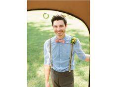 Look hipster para el novio en la boda con tirantes y sin saco