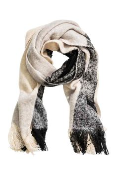 Bufanda grande: Bufanda en tejido suave con flecos en los extremos. Medidas…