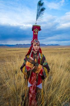 Model dressed as a century queen in Mongolia Mongolia, Costumes Around The World, Beauty Around The World, Ethnic Outfits, Ancient Jewelry, Folk Costume, People Of The World, Central Asia, World Cultures
