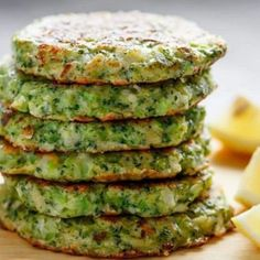Crispy Broccoli Parmesan Fritters -- baked instead of fried -- is a great way to deliciously stash veggies for both children and adults! Parmesan Broccoli, Fresh Broccoli, Broccoli Recipes, Vegetable Recipes, Vegetarian Recipes, Cooking Recipes, Healthy Recipes, Comidas Fitness, Broccoli Fritters