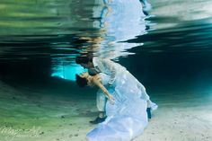 We've been in awe of some of the trash-the-dress photo shoots we've seen so far, and Roni and Romina felt just as inspired to do the same after their wedding. Model Poses Photography, Underwater Photography, Couple Photography, Wedding Photography, Underwater Photoshoot, Photography Women, White Photography, Photography Ideas, Pre Wedding Photoshoot