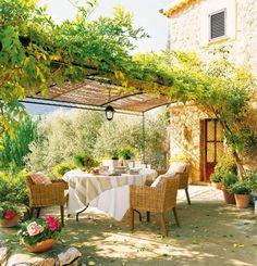 terrasse ideen gestalten metall pergola pflanzen begrünt essbereich