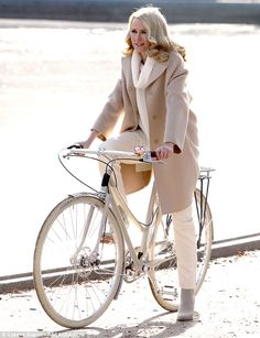 Classic style: Naomi Watts in Central Park, nyc Cycle Chic, Bicycle Women, Bicycle Girl, Naomi Watts, Blake Lively, Winter Cycling, Bike Style, Vintage Beauty, Nice Dresses