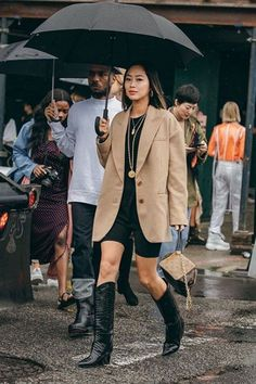 NYFW Sept The most inspiring street looks - Street Style Inspiration - Cowboy Boot Outfits, Winter Boots Outfits, Black Cowboy Boots, Cowgirl Boots, Fall Outfits, Biker Boots, Street Style Outfits, Look Street Style, New Outfits