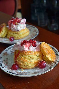 Vol-au-vent aux fruits rouges Vol Au Vent, Artisan Boulanger, Sauce Tartare, Pudding Recipes, French Toast, Breakfast, Puddings, British, Food