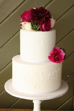 Simple two tiered #wedding #cake with fresh flowers and beautiful piping.