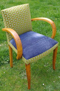 Avant d'être sur ce joli petit fauteuil bridge, ce jean qui couvre l'assise et le dos du fauteuil était dans mon placard! J'ai tenté d'exploiter au mieux les différentes pièces qui composent un jean pour arriver à donner un air contemporain et amusant...