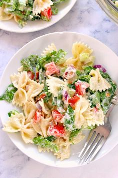 BLT Pasta Salad with bacon, lettuce, tomatoes, farfalle pasta and delicious ranch dressing. Blt Pasta Salads, Summer Pasta Salad, Pasta Salad Italian, Pasta Salad Recipes, Summer Salads, Blt Salad, Easy Healthy Dinners, Healthy Recipes, Pasta Salad Ingredients