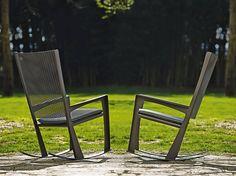 """Cornelia Giorgio Cattelan Le sedie a dondolo """"Cornelia"""" sono un prodotto italiano progettato da Giorgio Cattelan per arredare spazi interni o esterni. Le sedie sono molto leggere e possono essere spostate con facilità. Il modello della sedia e le linee semplici e pulite possono adattarsi a qualsiasi arredamento, un cottage in stile vittoriano, un giardino o altri ambienti e salotti. Cornelia Giorgio Cattelan Le sedie si adattano ai diversi stili in base all"""