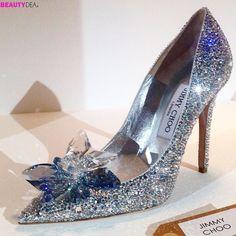 Chi di voi indosserebbe questa scarpetta ricoperta di cristalli ispirata a Cenerentola creata dal mitico @jimmychoo in collaborazione con @disneyitalia ??? Noi ce ne siamo innamorate!  #jimmychoo #disney #disneylifestyle #disneyworld #fashion #shoes #cinderella #swarovski #beautydea