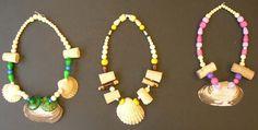 colliers style préhistoire  faire les perles en argile auto durcissante, peindre? trouver des coquillages; fil élastique