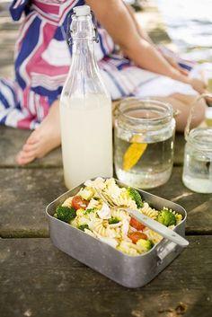 Nudelsalat mit Gemüse und Hähnchen | Zeit: 25 Min. | http://eatsmarter.de/rezepte/nudelsalat-mit-gemuese-und-haehnchen