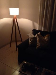 Pin Do(a) Modern Floor Lamps Em Tripod Floor Lamps Funky Lamps, Copper Floor Lamp, Rustic Lamps, Diy Furniture Plans, Luz Led, Modern Floor Lamps, Diy Holz, Bottle Lights, Bedroom Lamps
