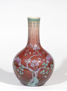 Vase bouteille à décor polychrome sur fond sang de bœuf, de pivoiniers et prunus en fleurs CHINE VERS 1880 - Période Guangxu  H: 38.5 cm Adjugé: 2600 €