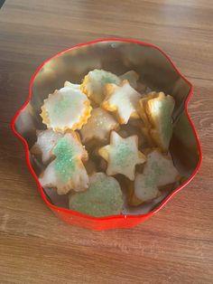 Butterkekse mit Zitronenglasur und Zuckerperlen   koche.at Butter, Sugar, Cookies, Desserts, Food, Sheet Pan, Bakken, Play Dough, Essen