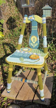 Makes me want to go yardselling, find a cool old wooden chair, and have at it! crochet and knit chair by Carol Cameron Freeform Crochet, Crochet Art, Love Crochet, Crochet Patterns, Yarn Bombing, Knitting Projects, Crochet Projects, Guerilla Knitting, Crochet Furniture
